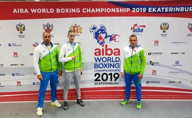Na svetovnem prvenstvu v Jekaterinburgu bosta pod slovensko zastavo boksala le Nik Nikolov Veber in Aljaž Venko (desno), ki jima bo kot trener iz kota napotke dajal Vlatko Nikolov (levo). FOTO: BZS