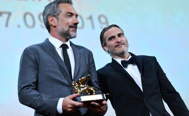 Režiser Todd Phillips (levo) z igralcem Joaquinom Phoenixom. FOTO: Alberto Pizzoli/AFP