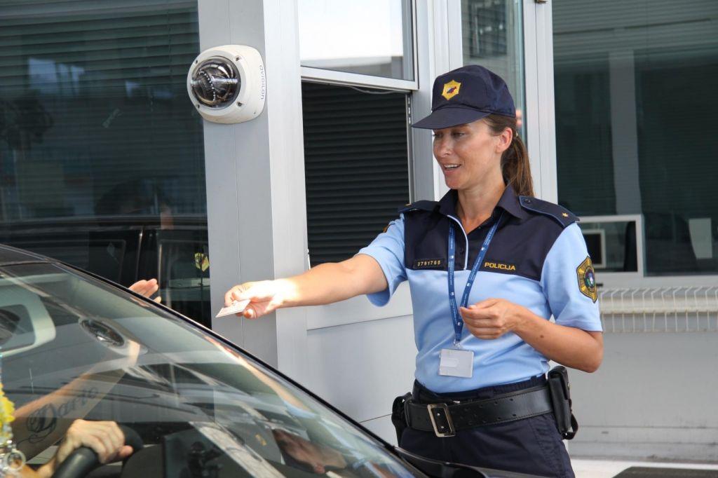 Mariborski policisti zaradi neuporabe varnostnega pasu in vožnje z mobitelom razdelili kar nekaj glob