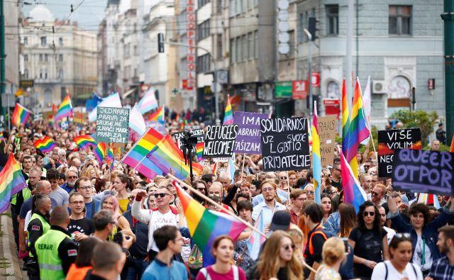 Na nedeljski paradi ponosa v Sarajevu se je zbralo okoli tri tisoč ljudi, ali je zgolj zaradi uspele parade družba v Bosni in Hercegovini v resnici bolj strpna, pa je bolj kot ne retorično vprašanje. Foto Dado Ruvic Reuters