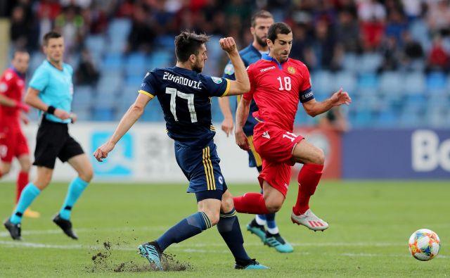 Najboljši armenski nogometaš Henrik Mhitarjan (desno) je bil glavni junak zmage proti BiH. FOTO: Reuters