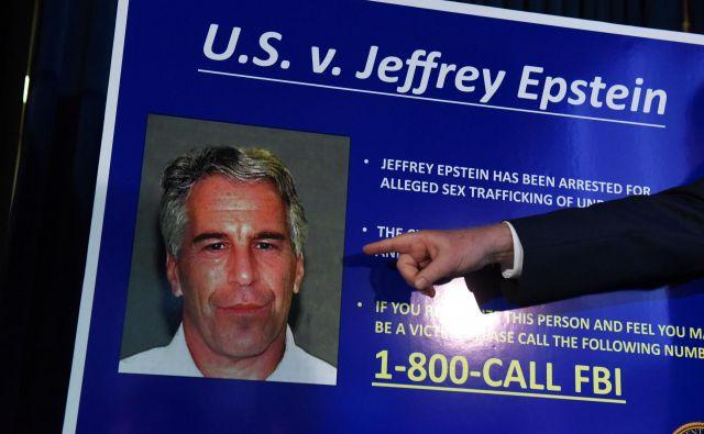 Sodišče je več sto strani sodnih dokumentov iz primera Jeffrey Epstein odpečatilo 9. avgusta, dan zatem so ga v celici odkrili mrtvega. FOTO: Stephanie Keith/AFP