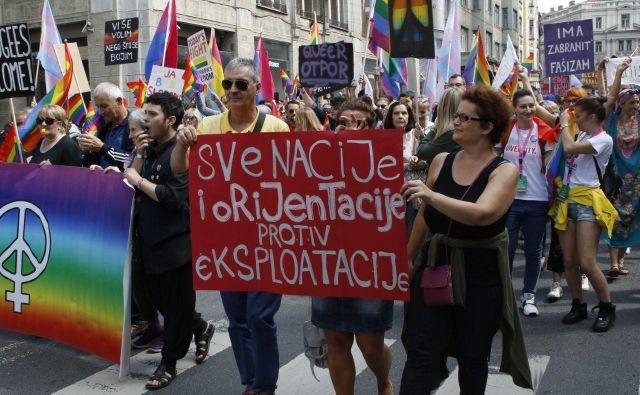 Množica je opremljena s transparenti, ki pozivajo k solidarnosti, strpnosti in večjim pravicam pripadnikov manjšin. FOTO: Novica Mihajlović