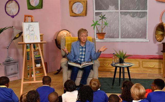 Paul McCartney je na predstavitvi otrokom prebral zgodbo o Veledediju.<br /> Foto: Toby Melville