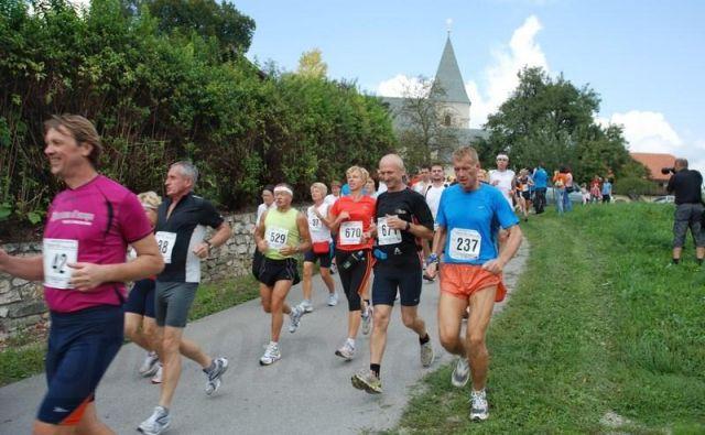 21 kilometrska trasa, ki se prav tako prične pri cerkvi Sv. Roka v Šmarju pri Jelšah in zaključi pri bazenskem kompleksu Aqualuna v Podčetrtku. Foto: John Mill