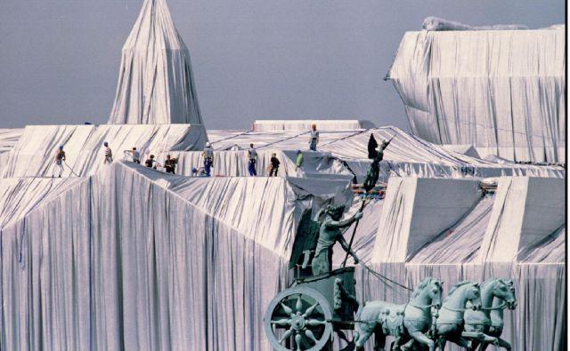 Junija 1995 so za ovijanje Reichstaga v Berlinu po načrtih Christa in Jeanne-Claude uporabili 100.000 kvadratnih metrov polipropilenske tkanine z aluminijasto prevleko in 15,6 kilometra vrvi. Fotografiji Reuters