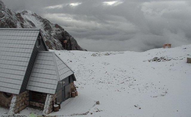 Danes zjutraj je Kredarico pobelil sneg, temperatura pa se je spustila pod ledišče. FOTO: Arso