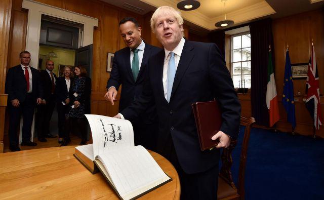 Današnji obisk Borisa Johnsona pri irskem kolegu Leu Varadkarju je minil zgledno, a brez preboja pri ključnih vprašanjih, povezanih z brexitom. Foto AFP