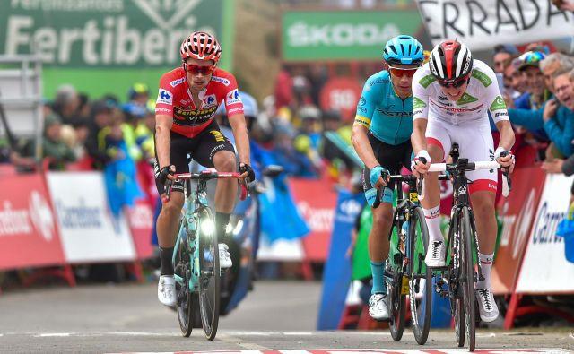 Tadej Pogačar (v belem), Miguel Angel Lopez in Primož Roglič (v rdeči majici) so imeli med favoriti največ moči na vzponu na Alto de la Cubilla. FOTO: AFP