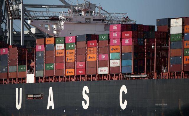 Tudi prvo mesto na področju pomorskih storitev za Veliko Britanijo ni (več) samoumevno. Na fogografiji je kontejnerska ladja v pristanišču Southampton.<br /> FOTO: Reuters