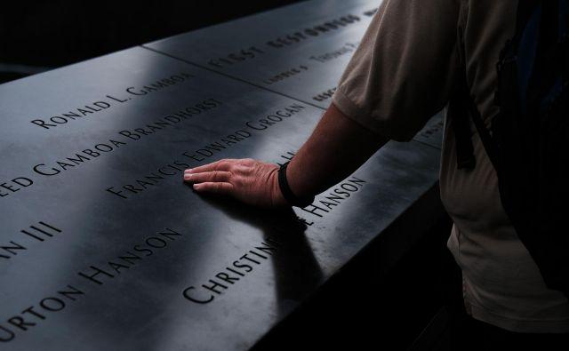 Približno tretjine ubitih še danes niso identificirali, imena identificiranih ljudi pa so zapisana ob robu spomenika s slapovi. Foto: AFP