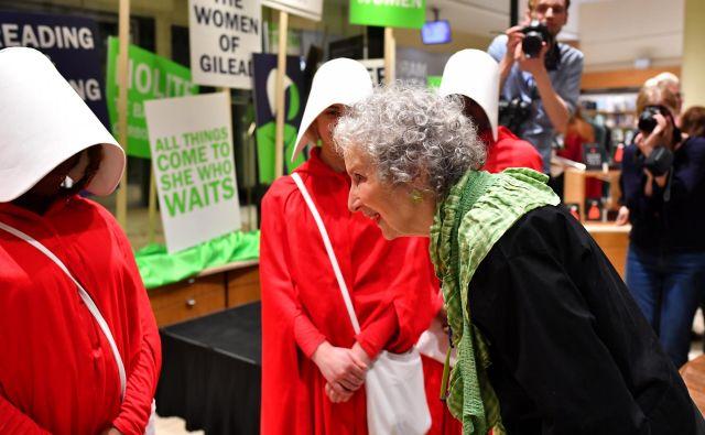 Margaret Atwood je izid knjige <em>Pričevanja </em>pričakala med bralci v londonski knjigarni, kjer so se nekatere ženske oblekle kot služkinje v seriji <em>Deklina zgodba</em>. FOTO: Reuters