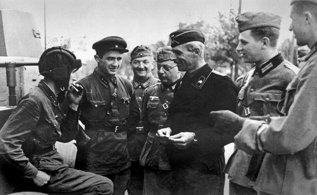 V Brest-Litovsku so se 22. septembra 1939 nacionalni in internacionalni socialisti takole prijateljsko bratili. FOTO: Wikipedia