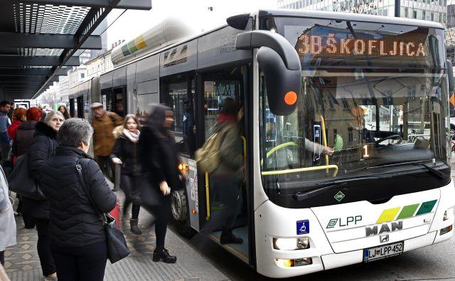 Med konci tedna je na mestnih avtobusih kar 90 odstotkov manj potnikov kot med tednom. FOTO: Blaž� Samec/Delo