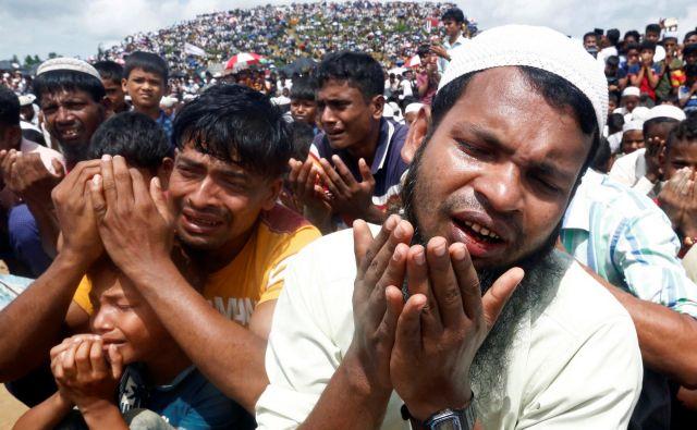 Množična molitev pobeglih beguncev Rohingja v Bangladešu na drugo obletnico izgona. FOTO: Rafiquar Rahman/Reuters