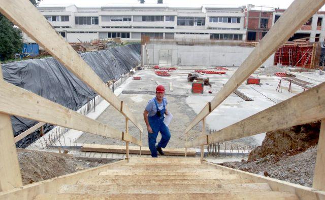 Gradnja šolskega prizidka in telovadnice pri OŠ Louisa Adamiča v Grosuplju je v polnem teku. FOTO: Roman Šipić/Delo