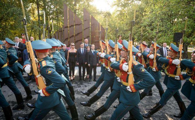 V Parku zmage v Moskvi sta premiera slovesno odkrila spomenik padlim slovenskim vojakom v obeh svetovnih vojnah na območju današnje Rusije. FOTO: STA
