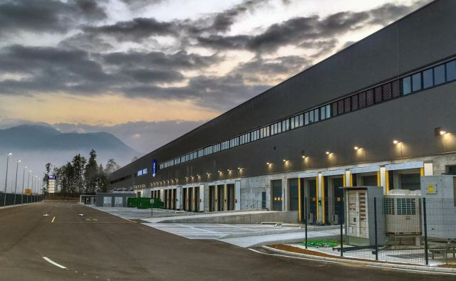 Špedicijski center Kuehne Nagel na Brniku jo je, kot kaže, zagodel slovenskim statistikom. FOTO: Arhiv podjetja