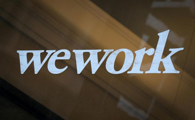 FILE PHOTO: The WeWork logo is displayed on the entrance of a co-working space in New York City, New York U.S., January 8, 2019. REUTERS/Brendan McDermid/File Photo Foto Brendan Mcdermid Reuters