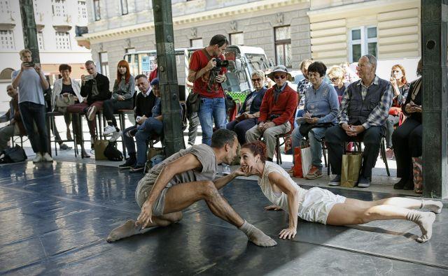 Predstavitev nove operno-baletne sezone sta pospremila Tasja Šarler in Hugo Mbeng z duetom na koreografijo Lukasa Zuschlaga. Foto Blaž� Samec