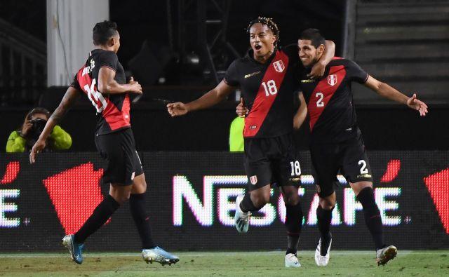 Perujci so se takole veselili zmage nad Brazilci. Edini gol je dosegel Luis Abram (na fotografiji desno). FOTO: AFP