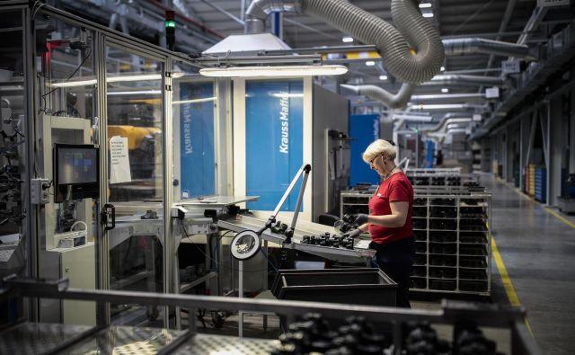Ekonomski vidik trajnostne naravnanosti podjetja pomeni prispevek podjetja k razvoju gospodarstva, denimo z ohranjanjem ali razvijanjem novih delovnih mest. FOTO: Uroš Hočevar/Delo