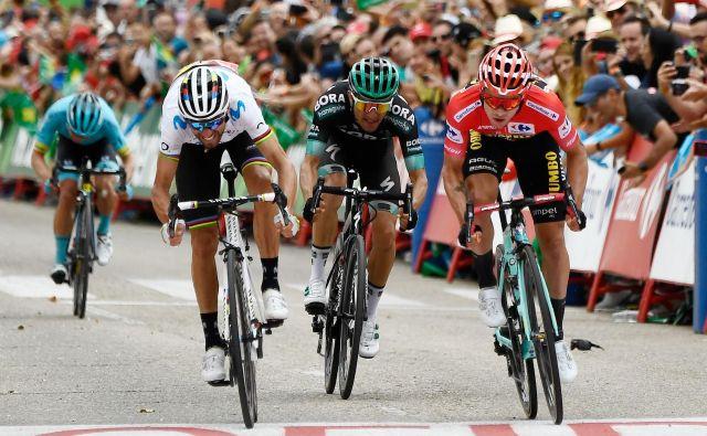 Primož Roglič (desno) je v šprintu Alejandru Valverdeju pokazal, kdo je še vedno gospodar Vuelte. FOTO: AFP