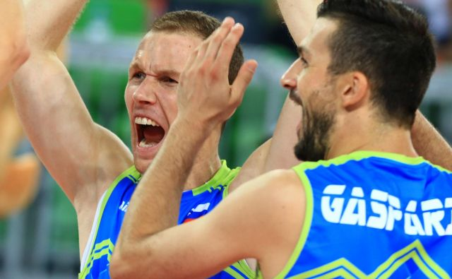 Slovenski dvojec nestorjev Tine Urnaut, Mitja Gasparini je takoj postavila stavri na pravo mesto in Slovenijo popeljala do uvodne zmage na evropskem prvenstvu. FOTO: Tomi Lombar/Delo