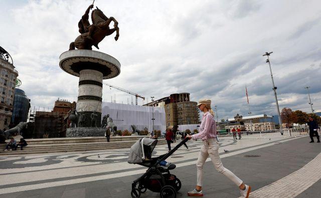 Vrhunec kiča v Skopju je še vedno orjaški kip Aleksandra Velikega, ki zaradi sporov z Grčijo ni več Aleksander, ampak konjenik. FOTO: Reuters