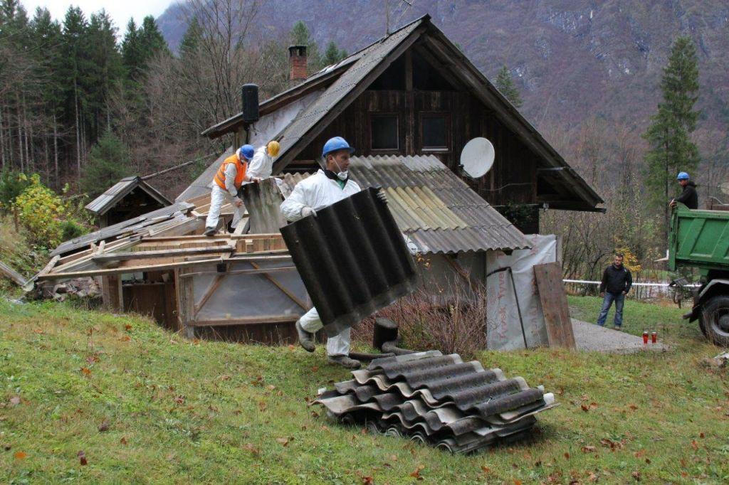 Za porušeno leseno hiško terja poplačilo