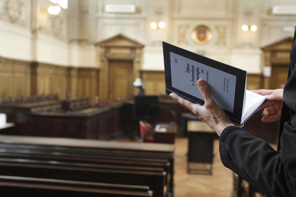 Med zakonodajo in sodbo