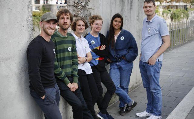 Tim Gregorčič, Primož Turnšek, Žana Radivo, Evan Rodi, Elena Lunder in Primož Ribarič so člani gibanja Mladi za podnebno pravičnost. FOTO: Uroš Hočevar