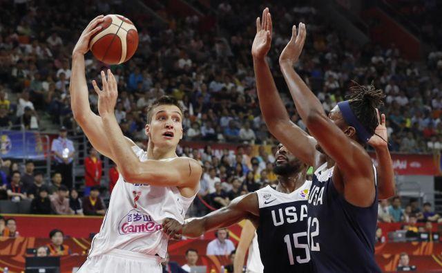 Srbija je na SP na Kitajskem dočakala dvoboj z ZDA in jih tudi premagala. Toda v dvoboju za razvrstitev od 5. do 8. mesta, v katerem je bil njen najučinkovitejši mož Bogdan Bogdanović (levo). V tekmi za 5. mesto se bo Srbija pomerila s Češko, ki bila boljša od Poljske. FOTO: Reuters