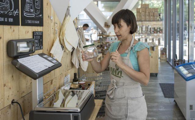 Manca Behrič v trgovini brez embalaže in z veliko zdravimi proizvodi in pridelki Rifuzl. FOTO: Voranc Vogel/Delo
