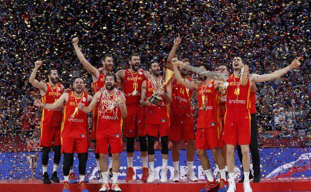 Rudy Fernandez (s pokalom) in soigralci so prešerno proslavili naslov svetovnega prvaka. FOTO: Reuters