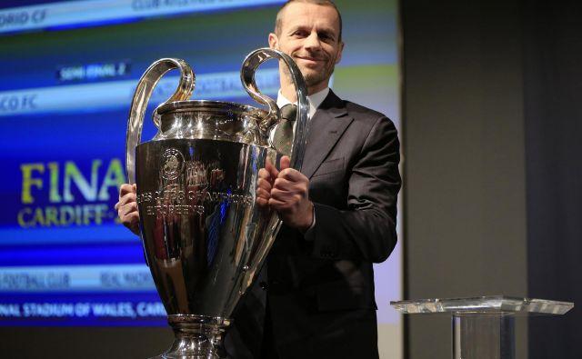 Predsednik Uefe Aleksander Čeferin bo predal znameniti pokal za zmago v ligi prvakov 30. maja 2020 v Istanbulu. FOTO: Reuters