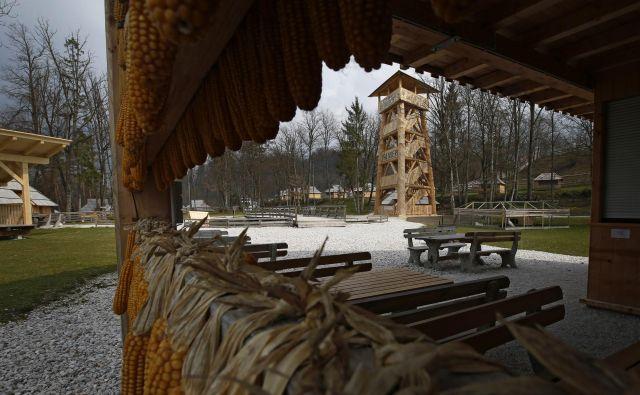 Tudi razgledni stolp v Eko resortu, na katerega se lahko hkrati povzpne do 120 ljudi, je postavljen brez dovoljenja. FOTO: Matej Družnik/Delo