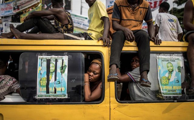 V Kongu je nekaj povsem običajnega potovati na strehi. FOTO: Marco Longari/Afp