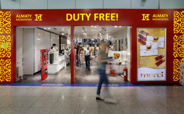 Customers walk around a duty-free shop, at a terminal, at Almaty International Airport, Kazakhstan May 15, 2017. REUTERS/Shamil Zhumatov - RC1B5DF74BB0 Foto Shamil Zhumatov Reuters