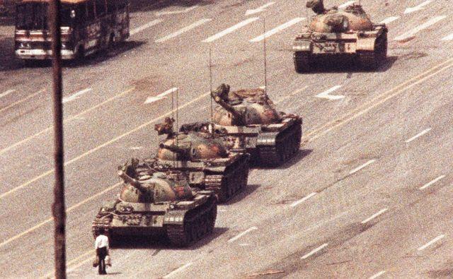 Te fotografije ni posnel Charlie Cole, temveč Arthur Tsang, še eden izmed četverice fotografov, ki so bili leta 1989 priča temu prizoru. FOTO: Arthur Tsang/Reuters