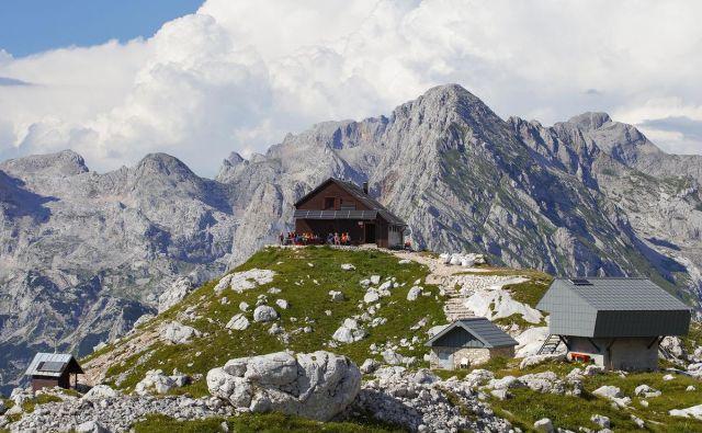 Zasavska koča na Prehodavcih (PD Radeče) na 2071 metrih idilično kraljuje v osrčju Julijskih Alp. FOTO: Dan Briški