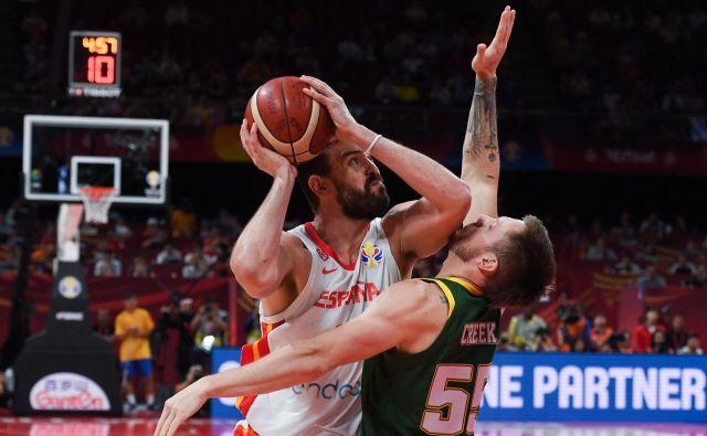 Marc Gasol si je proti Avstralcem pomagal tudi s trdimi prijemi. FOTO: AFP