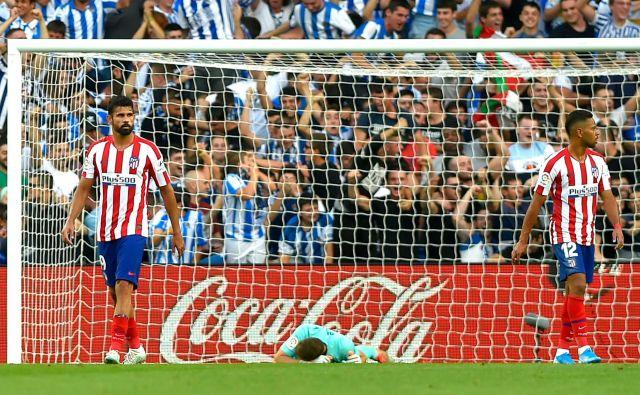 Jan Oblak je še drugič zapored prejel dva gola, po drugem je za trenutek obležal negiben in prestrašil Atleticov tabor. FOTO: AFP