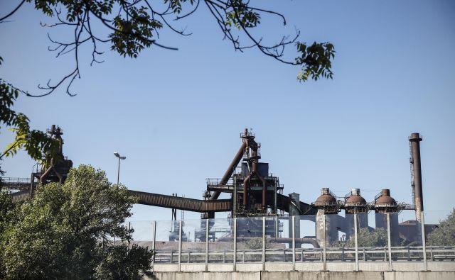 Škedenj je znan predvsem po tem, da tam deluje železarna – Ferriera, zaradi katere se v zraku ves čas čuti rahlo sladkoben vonj. FOTO: Uroš Hočevar