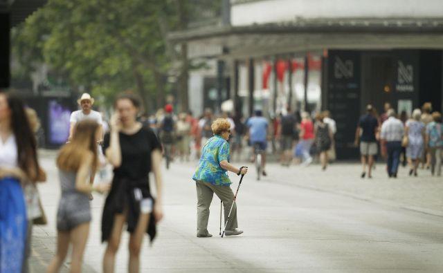 Hoja je drugi najpogostejši način premikanja v slovenskih naseljih, njen delež v prometu pa se kljub temu že več desetletij zmanjšuje. FOTO: Leon Vidic