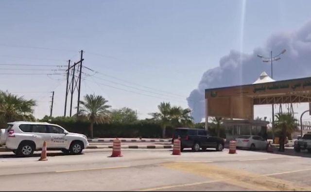 Dim nad naftnim objektom družbe Aramco. FOTO:<br /> Afp