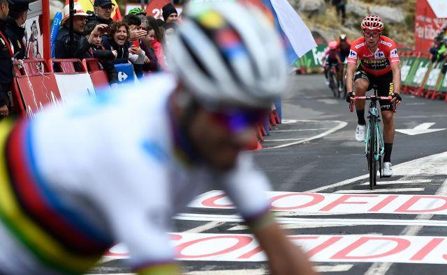 Roglič je bil hitrejši od mavrične in bele majice. Foto: AFP