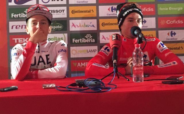 Na novinarski konferenci za najboljša po 20. etapi je bil prostor le za Tadeja Pogačarja in Primoža Rogliča. FOTO: Miha Hočevar/Delo