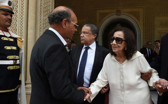 Čadlija Farhat, koje še zadnjič sprejemala državnike, ob pogrebu soproga. FOTO: Reuters
