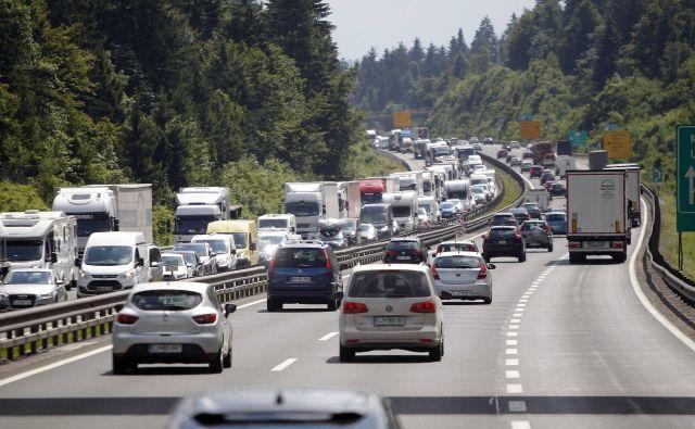Že drugi zaporedni dan je zaradi nesreče na primorski avtocesti oviran promet. FOTO: Mavric
